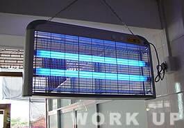 ▲工場内の電撃殺虫器も複数設置。